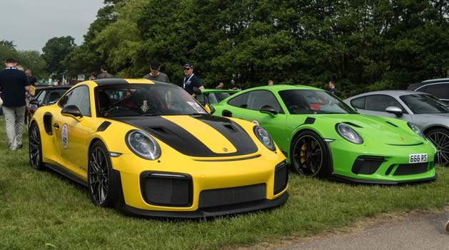 Yellow Porsche 911 (991) GT2 RS.