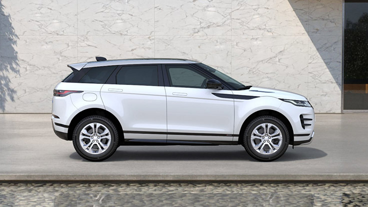 Side view of the Fuji White R-Dynamic S Evoque.