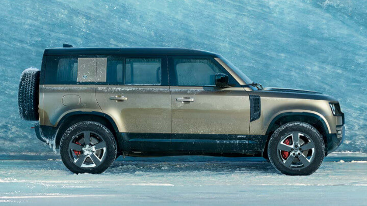 Land Rover Defender in Snow