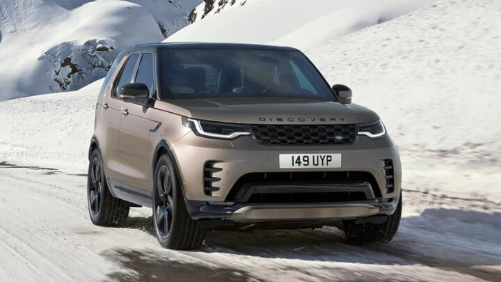 Land Rover Discovery Driving in the Snow