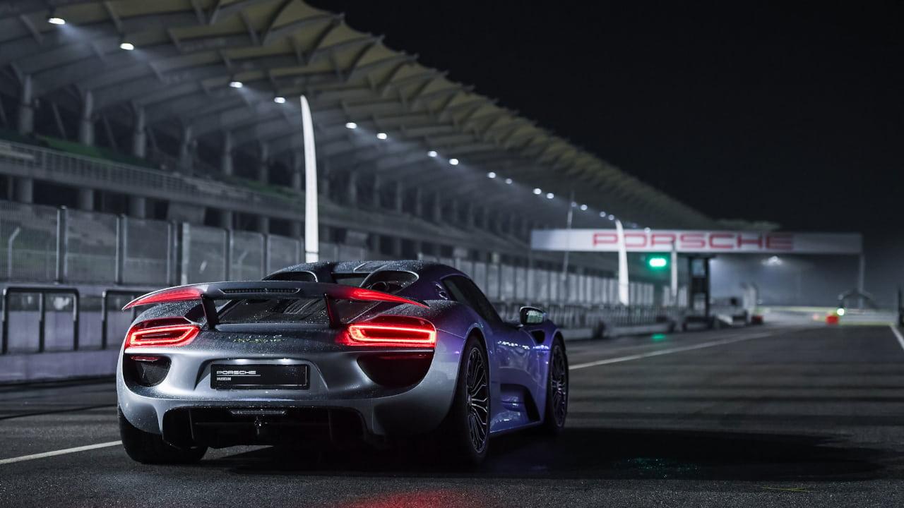 Porsche 918 Spyder, rear, night shot on track